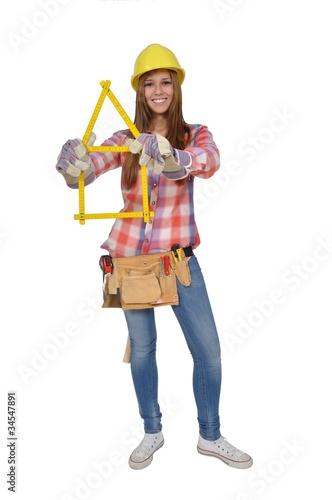 Garden Poster Fairytale World Junge Frau mit Zollstock baut ein Haus