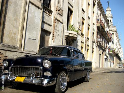 Deurstickers Cubaanse oldtimers Black old car in the street