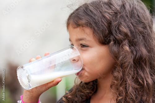 Fotografie, Obraz  Bouille craquante buvant un verre de lait frais
