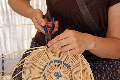 Valokuva  Une femme et la fabrication d un panier
