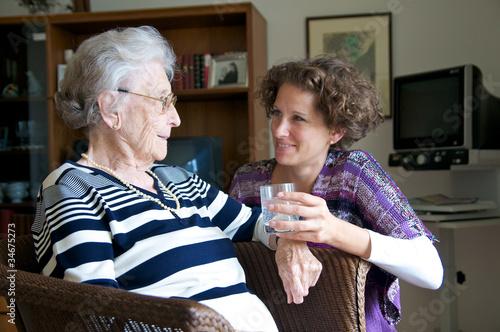 Fotografie, Obraz  Ältere Dame mit Enkelin