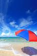 波打ち際に立つビーチパラソル