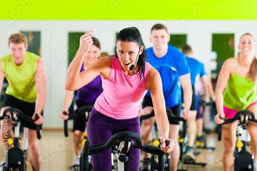 Spinning im Fitnessstudio #34756415