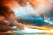 canvas print picture - Dramatischer Abendhimmel mit kräftig gefärbten Wolken