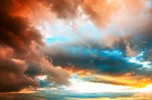 Dramatischer Abendhimmel Mit Kräftig Gefärbten Wolken