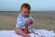 bébé découve le sable