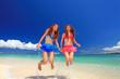 水納島で夏休みを満喫する二人の女性