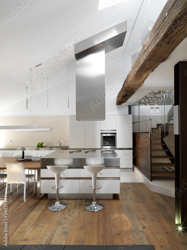 Cucina moderna con isola e pavimento in legno – kaufen Sie dieses ...