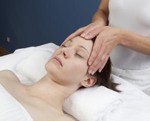 Fototapeta na wymiar massage thérapeutique de la tête