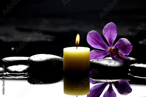 Tuinposter Spa burning spa candles with pink orchid reflection
