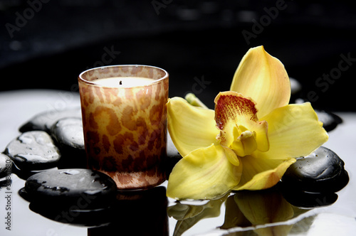 Photo sur Toile Spa aromatherapy candle and zen stones with yellow orchid reflection