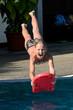 Kopfsprung mit der Schwimmboard ins Wasser