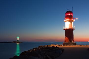 Obraz na Szkle Optyczne powiększenie Leuchttürme bei Nacht an der Ostsee, Hafeneinfahrt Warnemünde