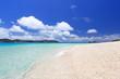 輝く砂浜と真夏の海