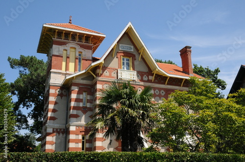 belle villa ancienne à Arcachon en Gironde Wallpaper Mural