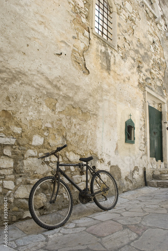 Foto auf AluDibond A bicycle parcked by church ruins