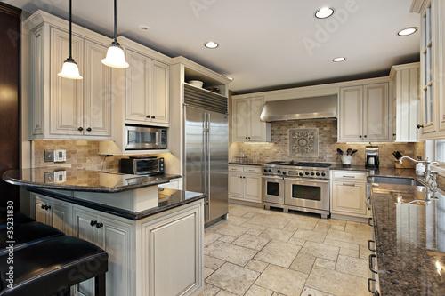 Fotografía  Upscale kitchen with breakfast bar