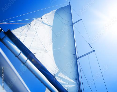 Fotografia  Żagle nad niebieskim niebem. Koncepcja żeglarstwa. Żaglówka