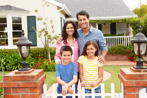 Foto  Hispanische Familie außerhalb des Hauses
