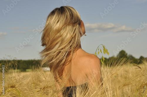 wiatr we włosach - fototapety na wymiar
