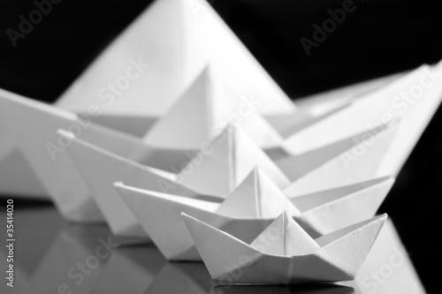 wiele-bialych-lodzi-papierowych
