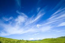 緑の丘と雲