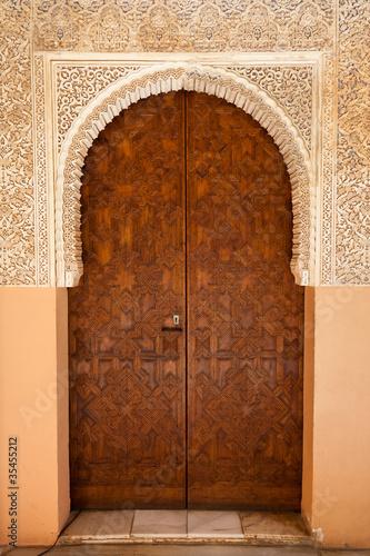 alhambra-de-granada-ornowane-drzwi-na-dworze-lwow