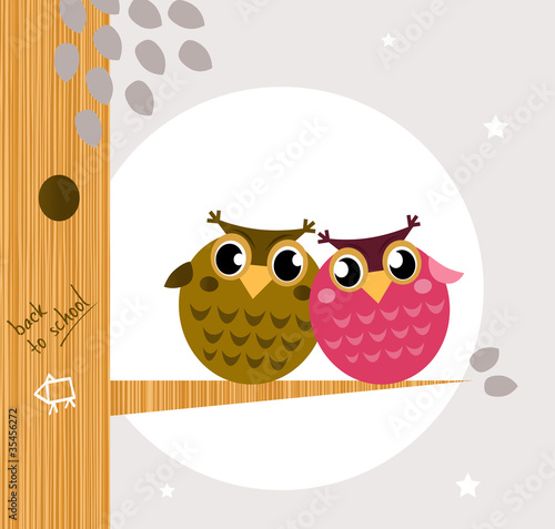 In de dag Vogels, bijen Two cute owl friends sitting on the branch.