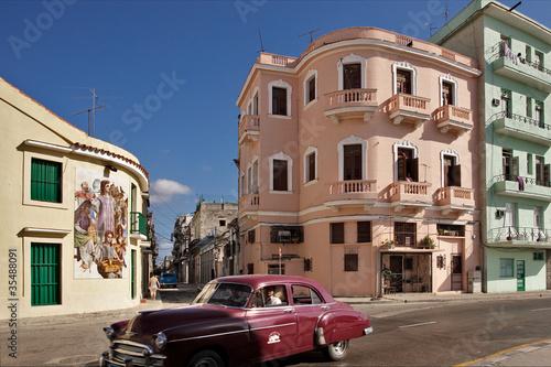 Türaufkleber Autos aus Kuba Red car and pastel-colored houses in Havana
