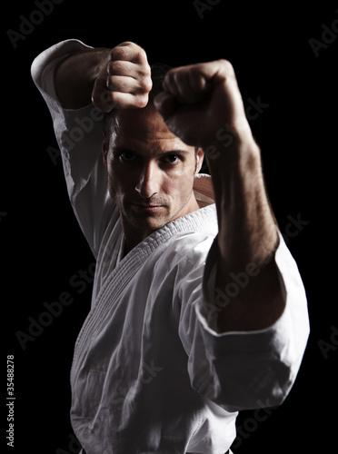 karate-walczaca-postawa-przed-czarnym-01
