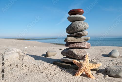 Doppelrollo mit Motiv - Steinstapel mit rotem Stein auf Spitze (von UsedomCards.de)