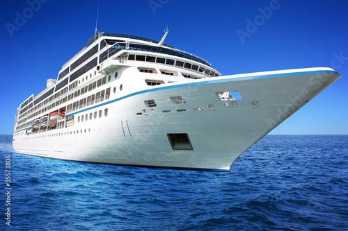 Fotografia  Ogromny luksusowy statek wycieczkowy