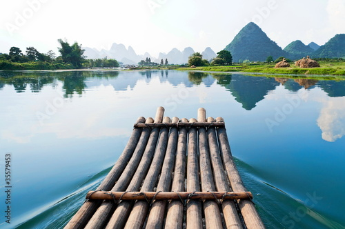 Tuinposter Guilin Bamboo rafting in Li River