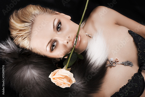 Papiers peints pretty blonde with a rose in her mouth