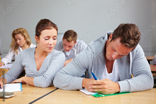 Studentin versucht abzuschreiben Canvas-taulu