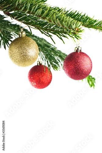Christbaumkugeln Weiß.Rote Christbaumkugeln An Tannenzweig Isoliert Auf Weiß Buy This