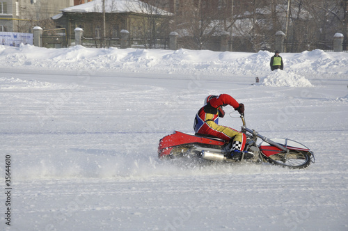 Fotografía  Winter speedway the icy track, the driver turns