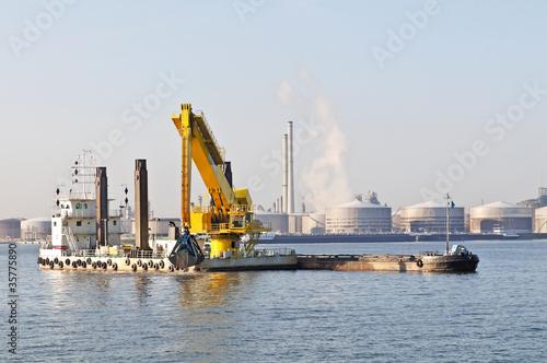 Valokuva  dredge ship working in the harbor of antwerp belgium