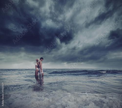 einzelne bedruckte Lamellen - Hugging lovers in the sea (von konradbak)