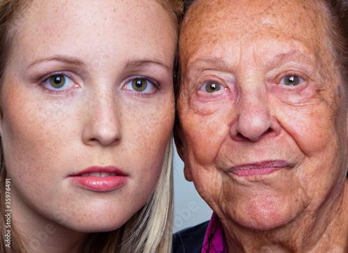Fotografie, Obraz  Portrait einer jungen und einer alten Frau