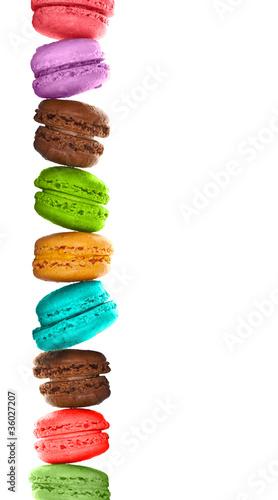 Photographie  Macarons multicolores empilés, fond blanc