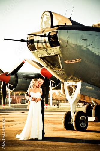 Plakaty samoloty   sexy-mloda-para-slub-doroslych-stojacych-z-starych-samolotow-wojennych