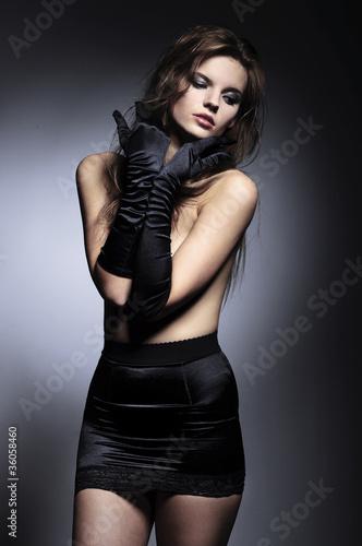 Obraz piękna modelka w rękawiczkach - fototapety do salonu