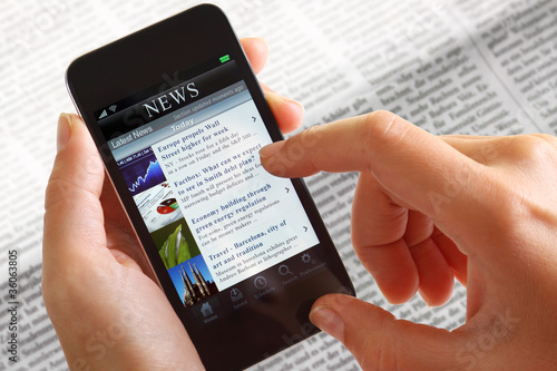 Foto  Businessfrau mit Smartphone News