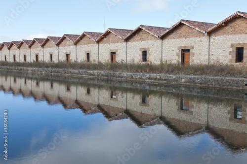 reflejos de antiguos almacenes en el Canal de Castilla