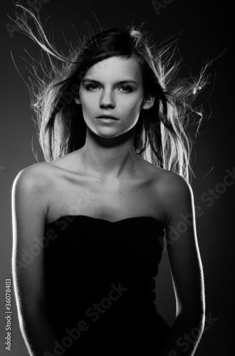 Fototapeta modelka z rozwianymi włosami obraz