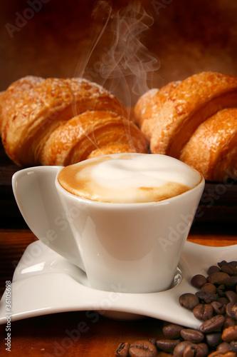 Valokuva  Buon risveglio con cappuccino e brioches calde