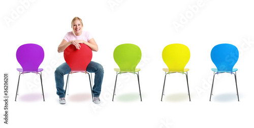 Valokuva  Bunte Stuhlreihe mit Frau