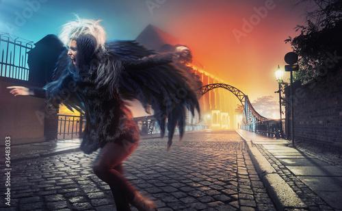 kruk-kobieta-dziala-na-ulicy-puste-miasto