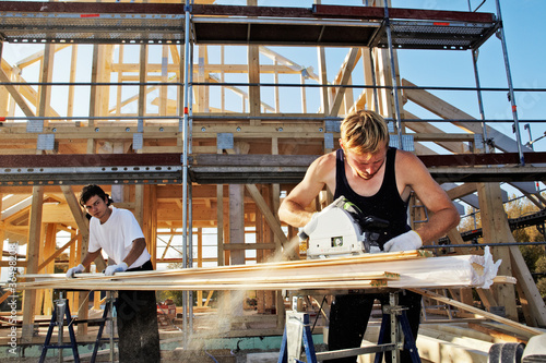 Photo  carpenters setting up prefabricated framework